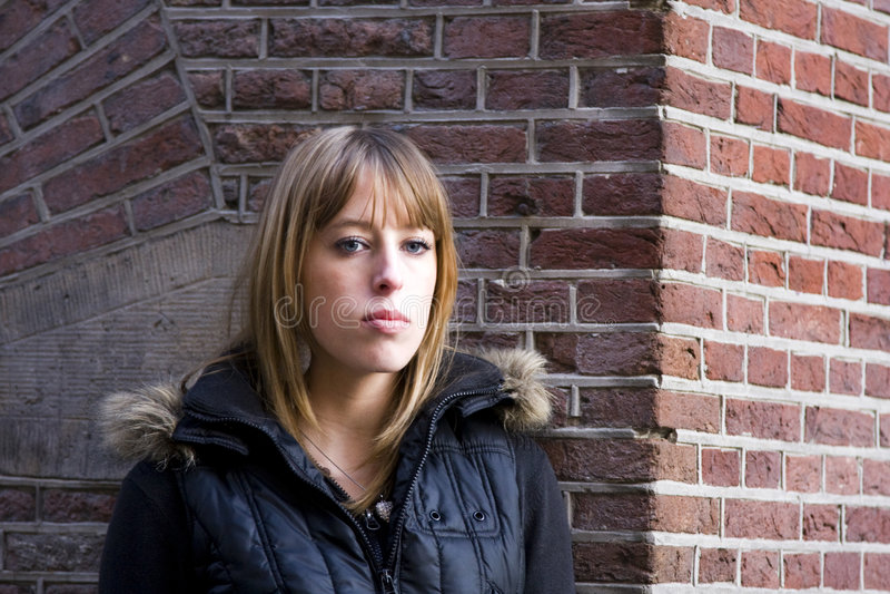 Giovane donna adulta con capelli biondi fotografia stock libera da diritti