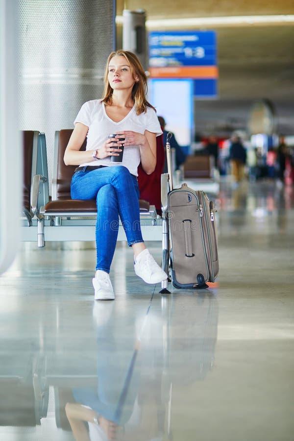 Giovane donna in aeroporto internazionale fotografie stock