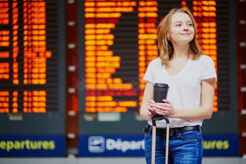 Giovane donna in aeroporto internazionale fotografia stock