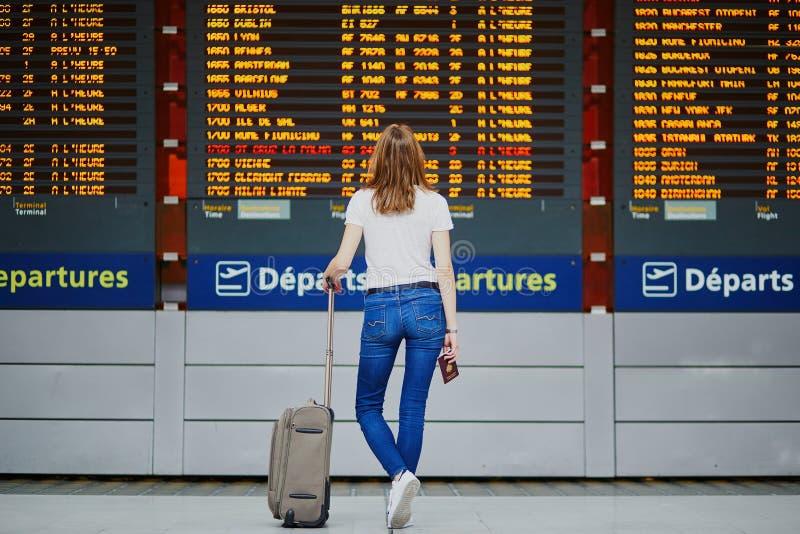 Giovane donna in aeroporto internazionale fotografia stock libera da diritti