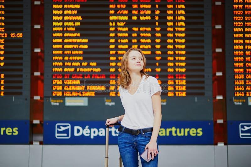 Giovane donna in aeroporto internazionale immagine stock libera da diritti