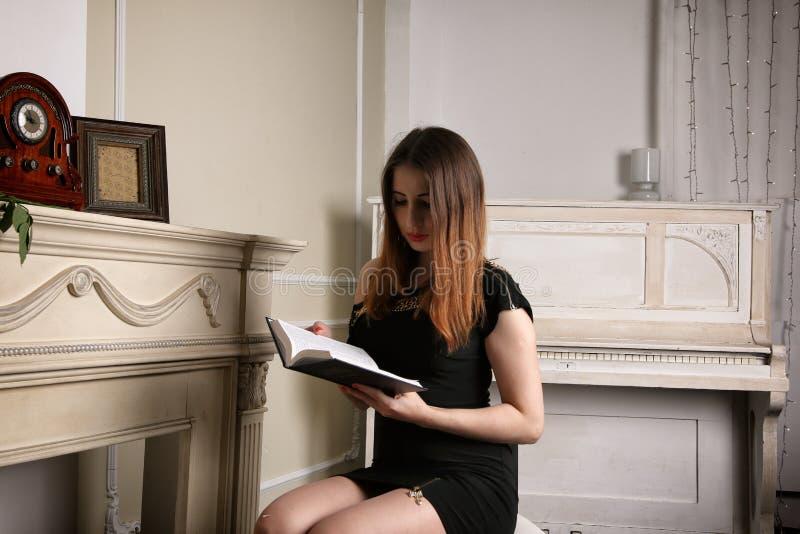 Giovane donna affascinante che legge un libro immagini stock libere da diritti