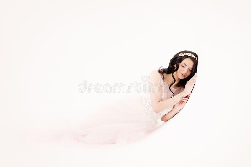 Giovane donna affascinante in vestito alla moda fotografia stock libera da diritti