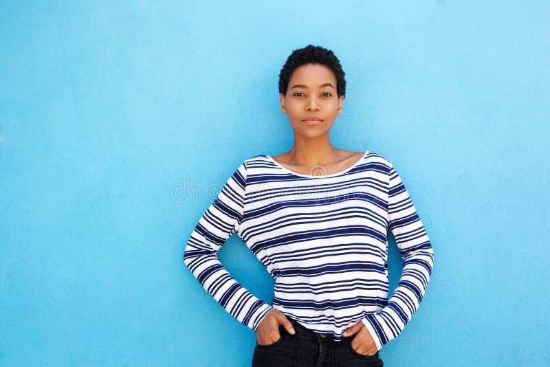 Giovane donna africana fresca contro fondo blu immagini stock libere da diritti