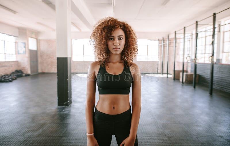 Giovane donna afroamericana in abiti sportivi fotografia stock libera da diritti
