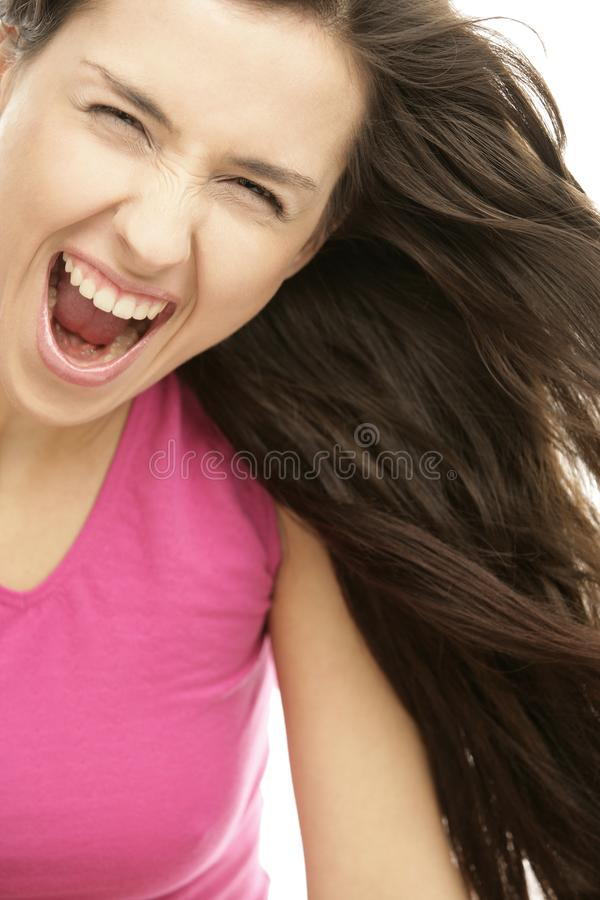 Giovane donna aggressiva che grida fortemente immagini stock