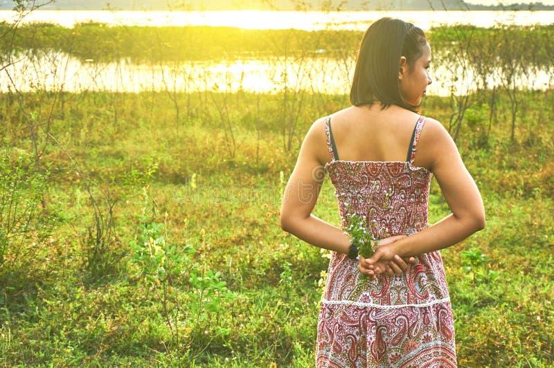 Giovane donna aisan che sta alla luce dell'orlo fotografia stock libera da diritti