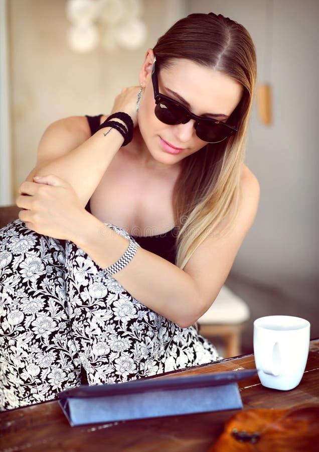 Giovane donna al caffè esterno fotografie stock