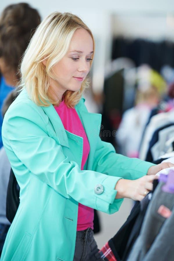 Giovane donna al negozio fotografia stock libera da diritti
