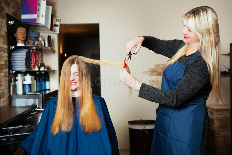 Giovane donna al parrucchiere fotografia stock libera da diritti