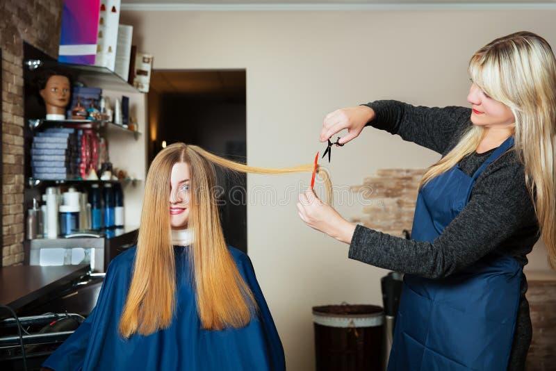 Giovane donna al parrucchiere immagini stock libere da diritti