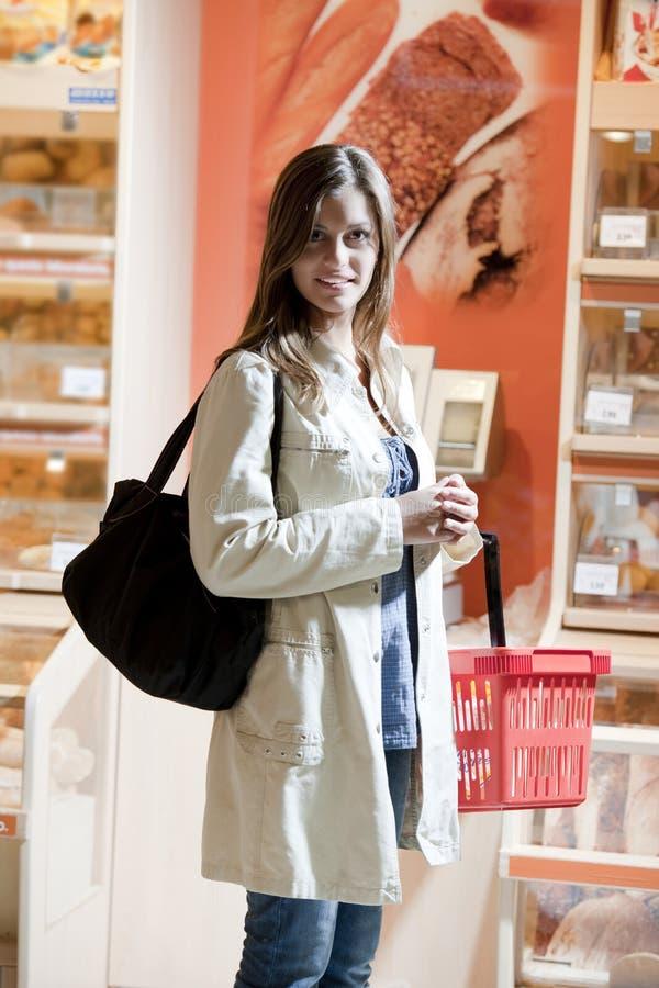 Giovane donna al supermercato immagini stock