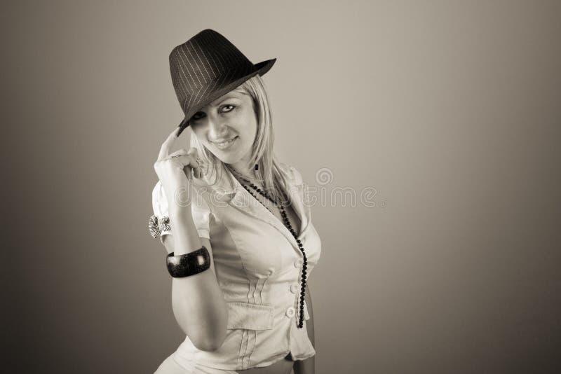 Giovane donna alla moda in cappello fotografia stock libera da diritti
