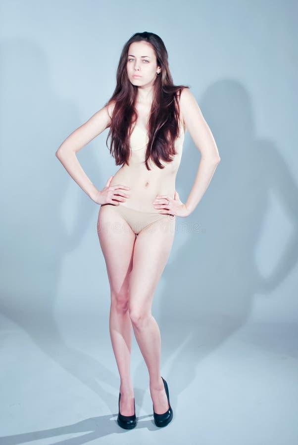 Giovane donna alla moda che posa nello studio fotografie stock