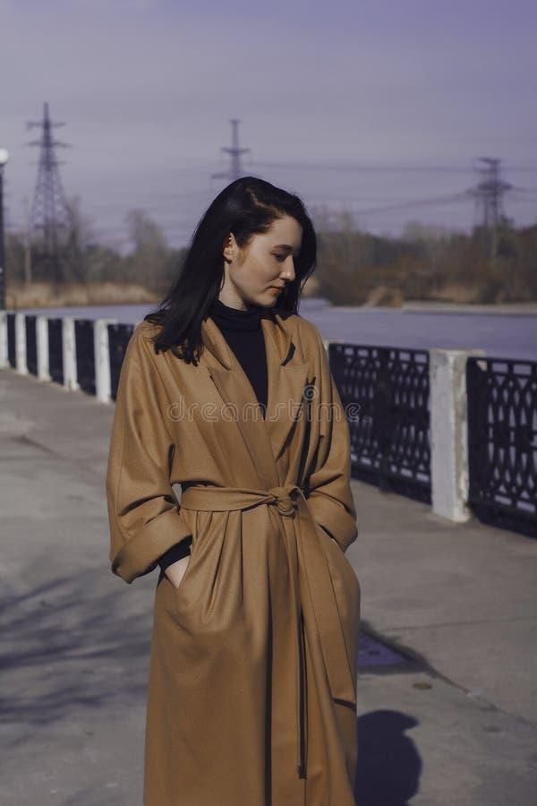 Giovane donna alla moda fuori per una passeggiata si è vestita e sguardi molto alla moda fotografia stock libera da diritti