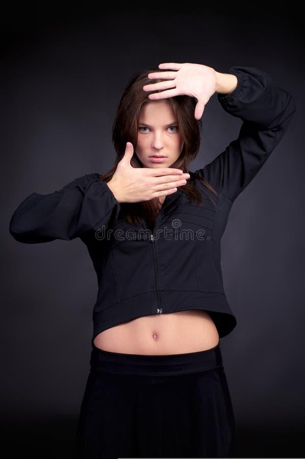Giovane donna alla moda nel luppolo dell'anca fotografia stock libera da diritti