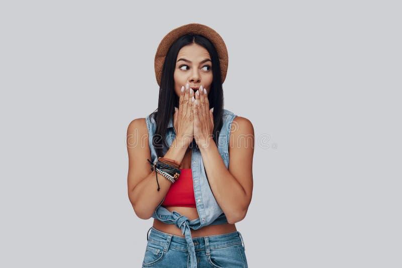 Giovane donna alla moda sorpresa immagini stock libere da diritti