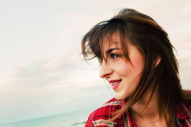 Giovane donna alla moda sulla spiaggia fotografia stock