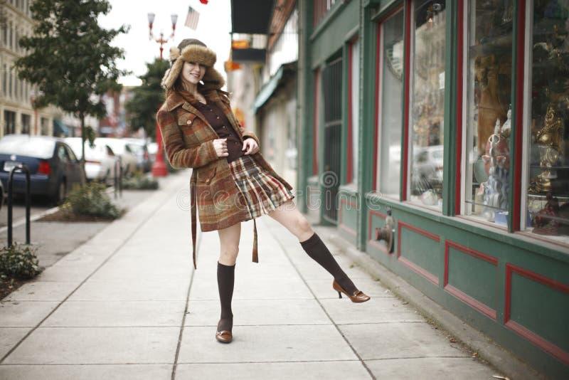 Giovane donna alla moda sulla via immagini stock libere da diritti