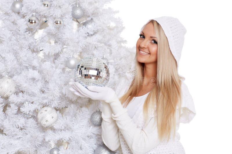 Giovane donna alla moda sulla via Natale fotografia stock libera da diritti