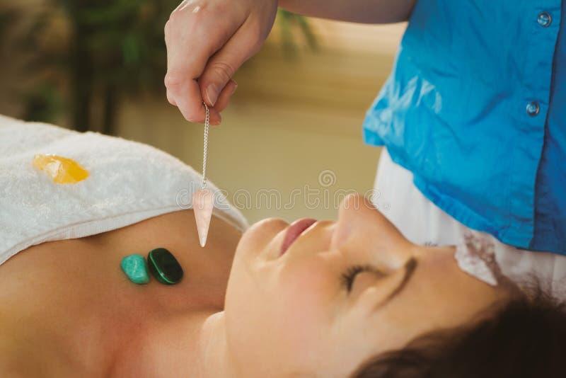 Giovane donna alla sessione di guarigione di cristallo immagini stock