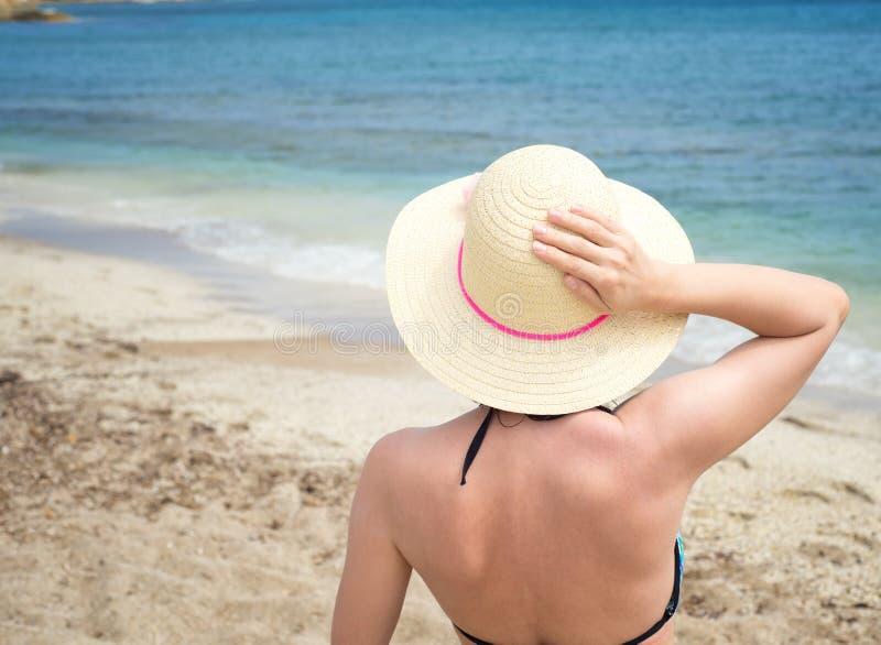 Giovane donna alla spiaggia fotografie stock
