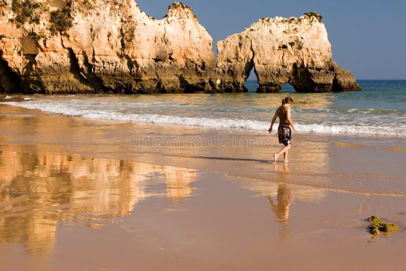 Giovane donna alla spiaggia fotografie stock libere da diritti