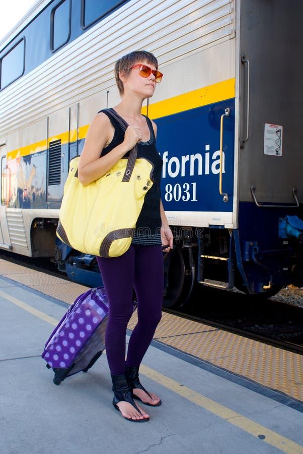 Giovane donna alla stazione ferroviaria fotografia stock libera da diritti