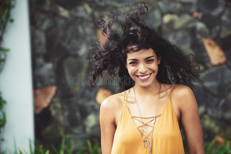 Giovane donna allegra immagini stock libere da diritti