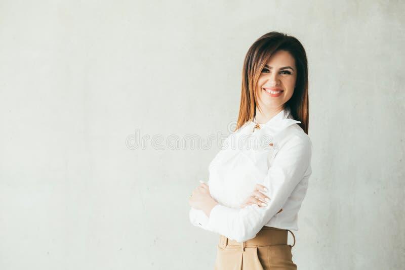 Giovane donna allegra astuta sicura di affari immagine stock