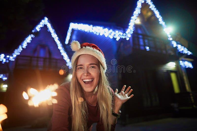 Giovane donna allegra che gode dei ourtdoors di orario invernale fotografia stock libera da diritti