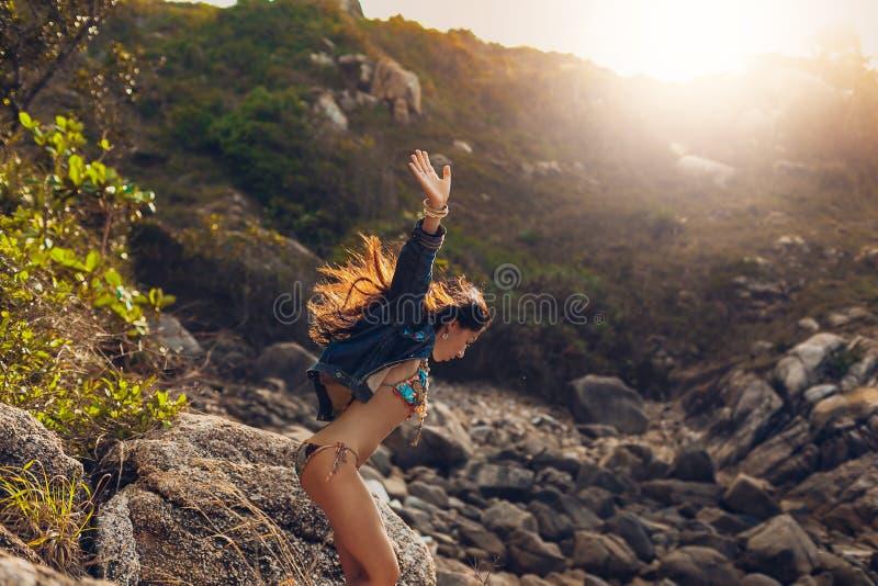 Giovane donna allegra di boho in bikini divertendosi all'aperto al sunse fotografie stock