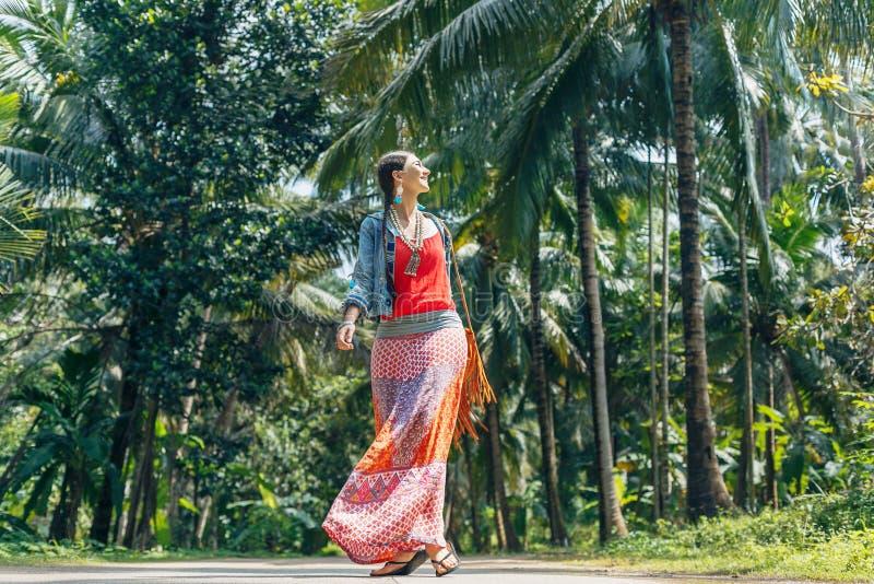 Giovane donna allegra di stile di boho che cammina dalla strada con il tropica fotografie stock libere da diritti