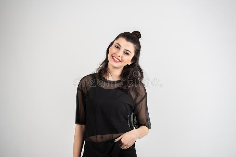 Giovane donna allegra felice che esamina macchina fotografica con il sorriso allegro e affascinante fotografia stock libera da diritti