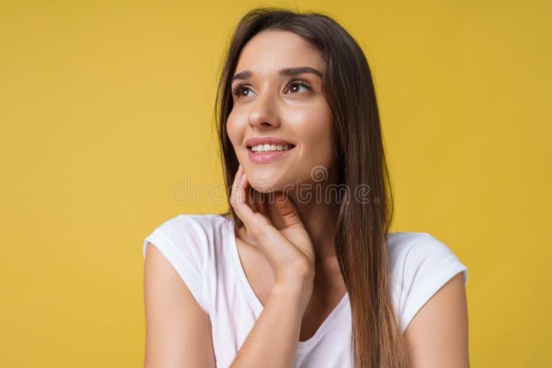 Giovane donna allegra felice con il sorriso allegro e affascinante isolata sopra fondo giallo fotografia stock