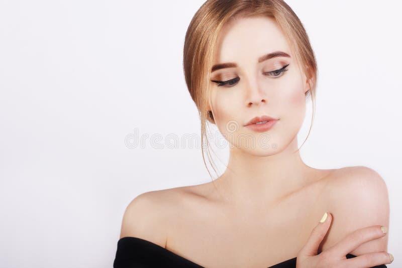 Giovane donna allegra felice con pelle pulita perfetta e capelli biondi Giovane ragazza bionda fresca della bella ragazza fotografie stock libere da diritti