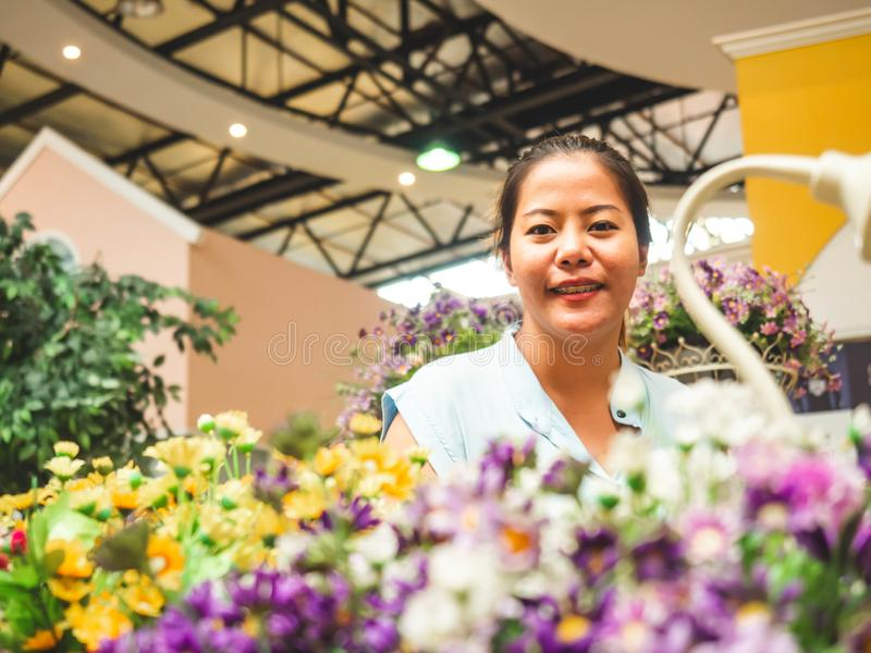 Giovane donna allegra felice in fiore immagini stock libere da diritti