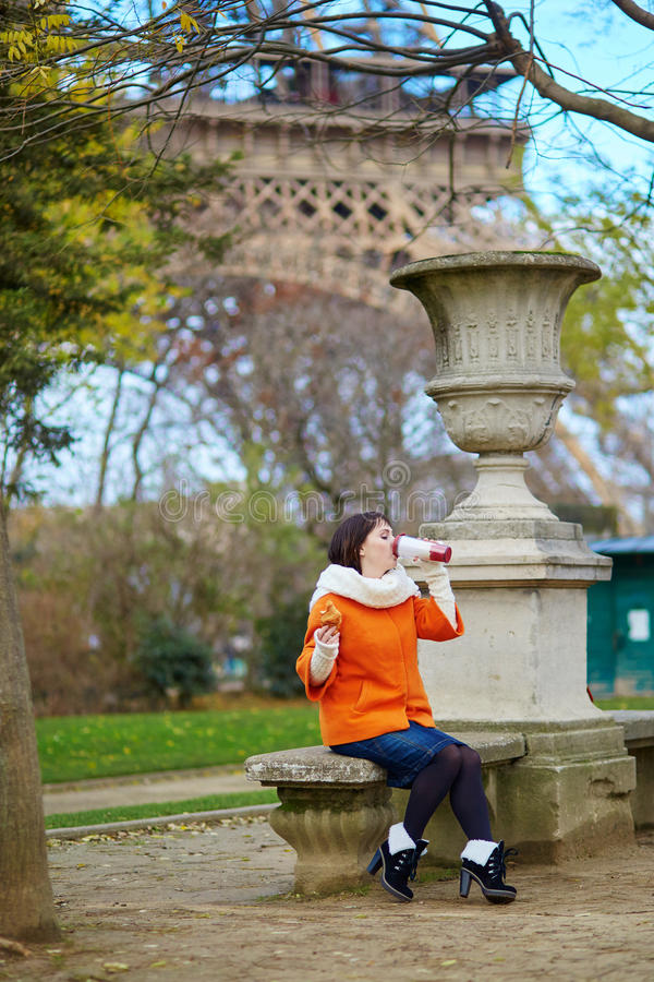 Giovane donna allegra a Parigi immagini stock libere da diritti