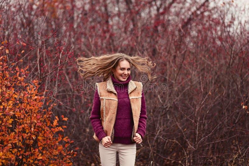 Giovane donna allegra in un maglione caldo in autunno immagine stock libera da diritti