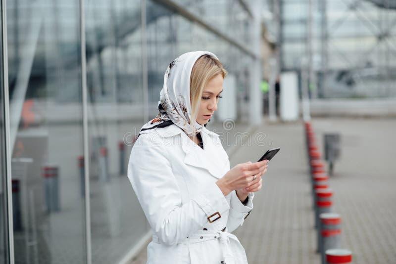 Giovane donna alta vicina di vista in una grande città facendo uso del telefono con la copia s fotografia stock libera da diritti