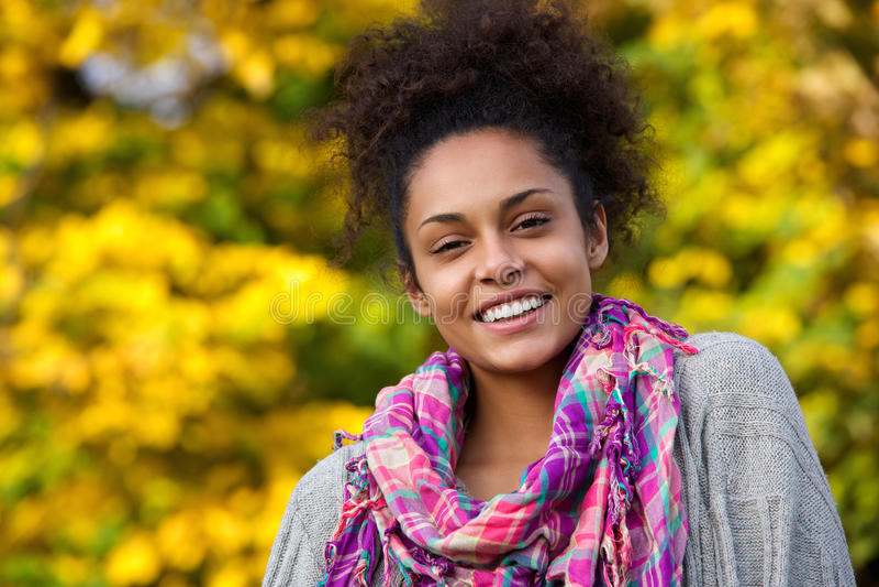 Giovane donna amichevole che sorride all'aperto in autunno immagini stock libere da diritti