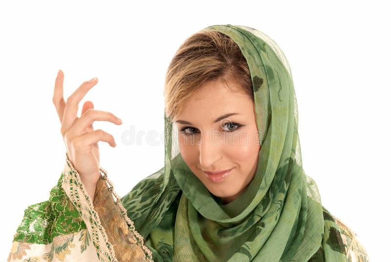 Giovane donna araba con il ritratto del primo piano di velare immagini stock libere da diritti