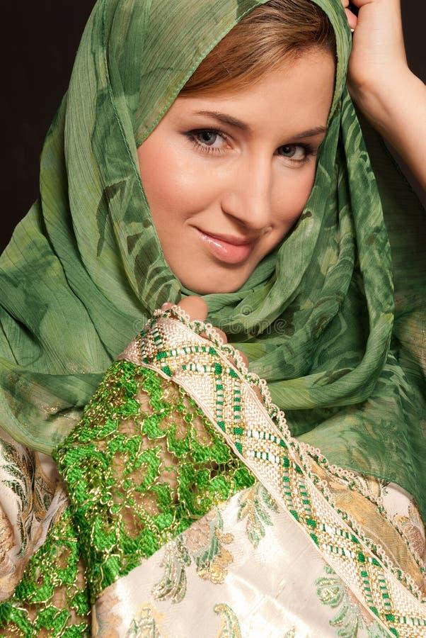 Giovane donna araba con il ritratto del primo piano di velare fotografia stock