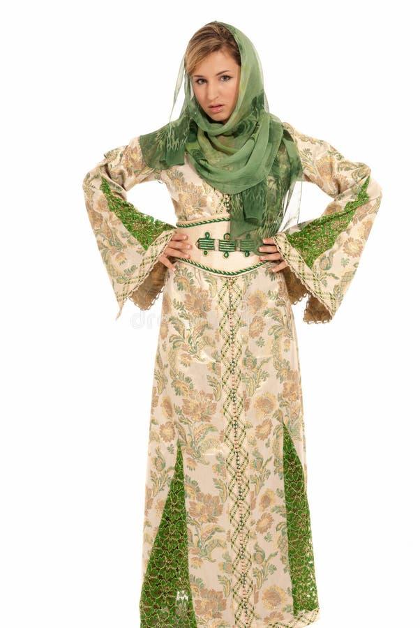 Giovane donna araba con la condizione di velare isolata immagine stock