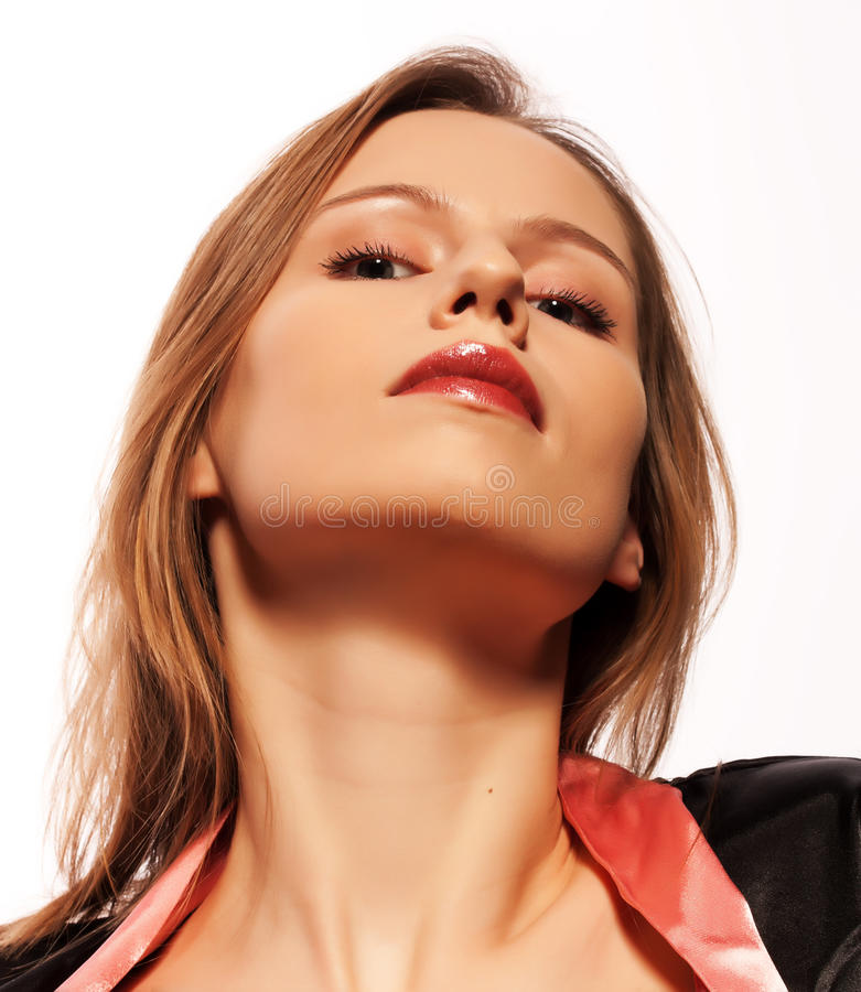 Giovane donna arrogante che osserva giù su voi immagine stock