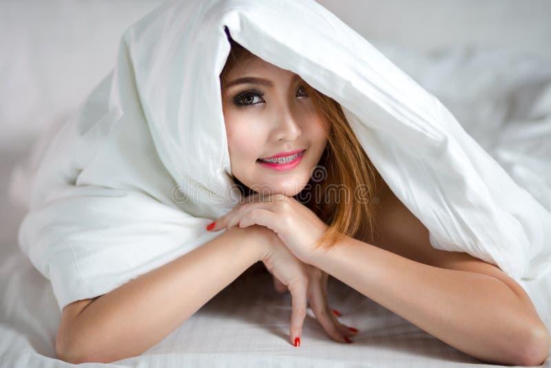Giovane donna asiatica in base immagine stock