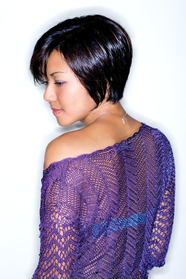 Giovane donna asiatica in cardigan lavorato a maglia viola. immagine stock libera da diritti