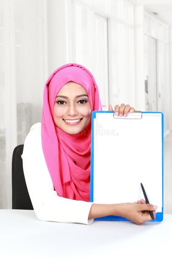 Giovane donna asiatica che mostra documento in bianco fotografie stock