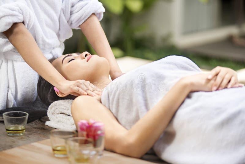 Giovane donna asiatica che riceve massaggio del corpo immagini stock