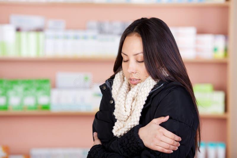 Giovane donna asiatica che soffre dal freddo fotografie stock libere da diritti